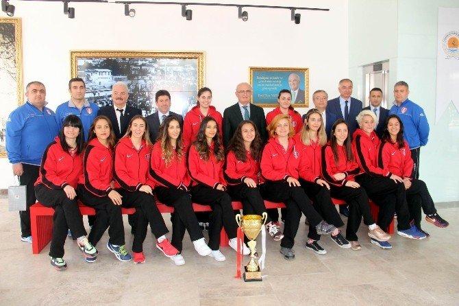 Şampiyon Voleybolcular, Kupayı Başkan Yılmaz'a Getirdi