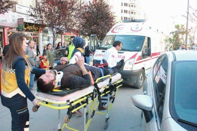 2 Araca Çarpan Motosiklet Sürücüsü Yaralandı