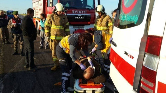 Portakal Yüklü Kamyonet Devrildi: 2 Yaralı