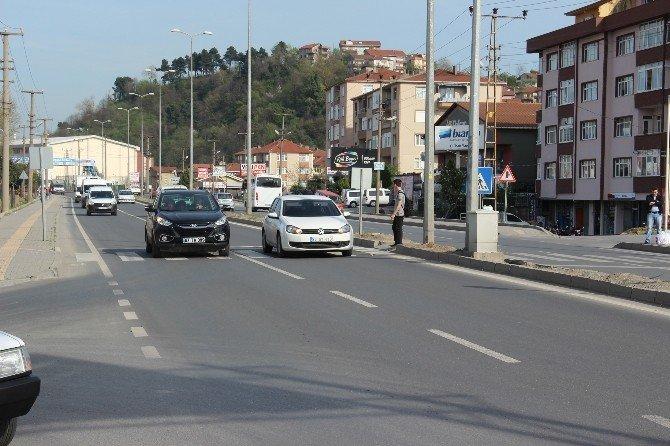 Otomobil Yolun Karşısına Geçmeye Çalışan Yaşlı Adama Çarptı
