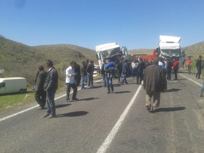 Midyat-İdil kara yolunda zincirleme TIR kazasında 4 kişi yaralandı