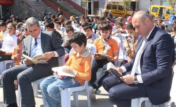Tekkeköylü Öğrenciler Meydanda Kitap Okudu