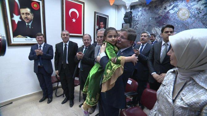 Davutoğlu'na küçük kızdan İstiklâl Marşı sürprizi