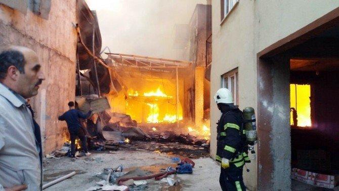 Bursa'daki Yangını Ahşap Ve Plastik Meyve Kasaları Büyüttü