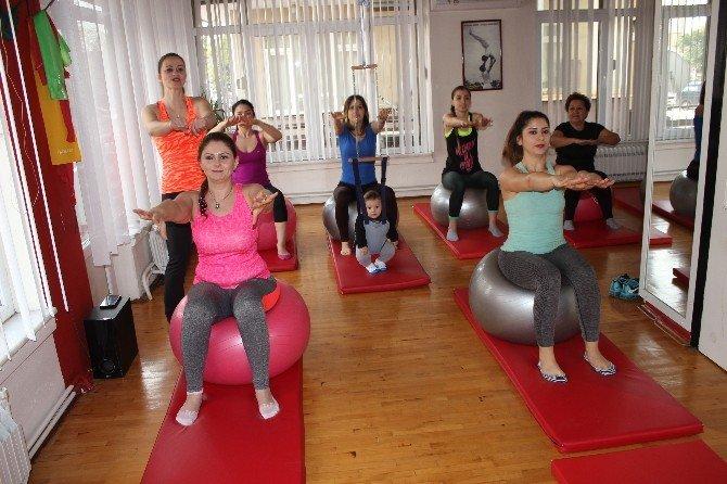 Bebeğiyle Birlikte Pilates Eğitimi Veriyor