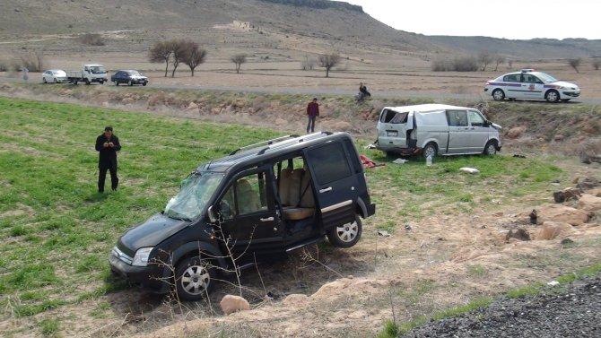 Hafif ticari araçla minibüs kavşakta çarpıştı: 1 ölü, 7 yaralı