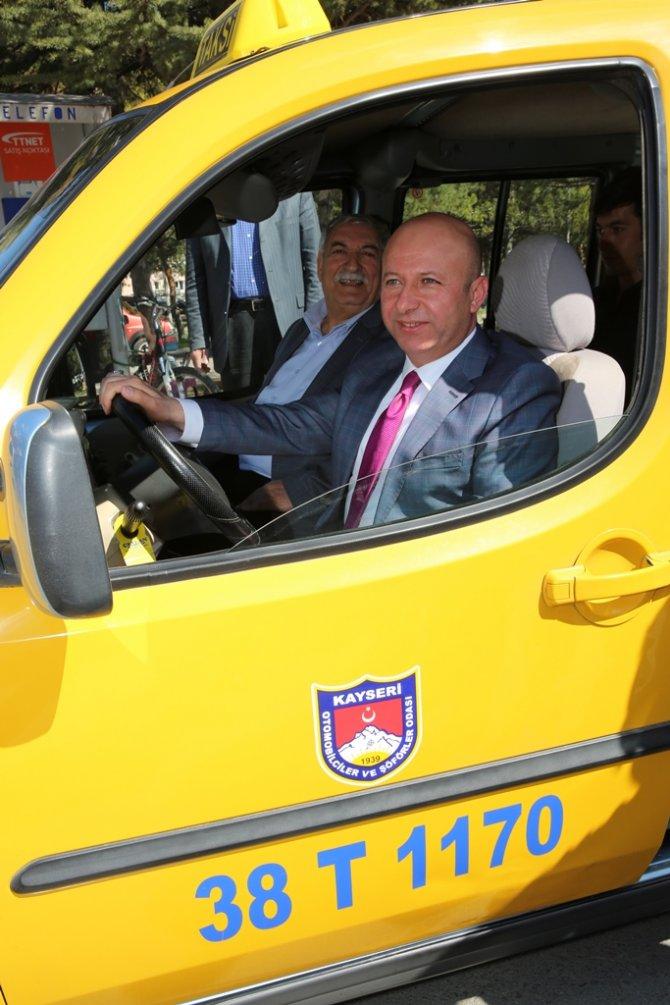 Belediye başkanı taksici, taksici yolcu oldu