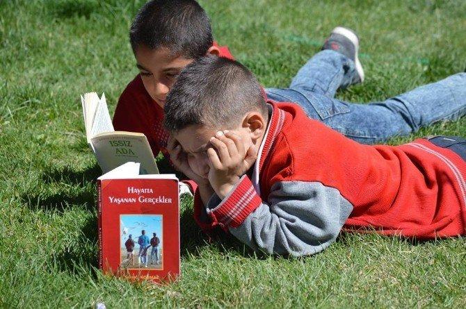 Kulu'da Öğrenciler Kitap Dağıttı