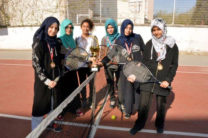 Teniste, Anadolu Kız İmam Hatip Lisesi yenilgisiz şampiyon oldu