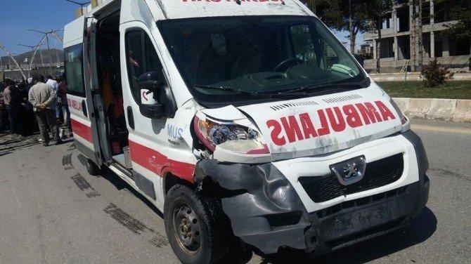 Ambulansla Otomobil Çarpıştı: 2 Yaralı