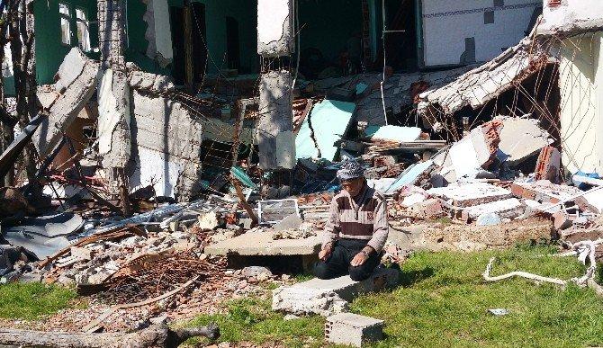 İdil'de Evinin Enkazının Üzerinde Namaz Kılan 77 Yaşındaki Vatandaşın Dramı Yürekleri Dağlıyor