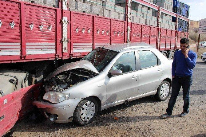 Otomobil Tır'a Çarptı: 1 Yaralı