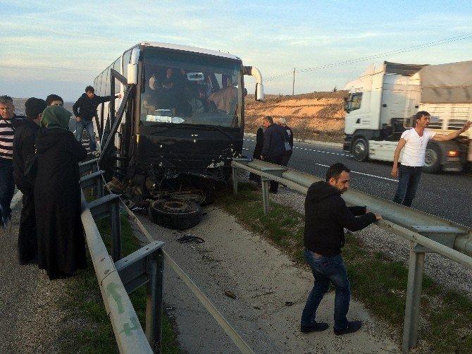 Umrecileri Taşıyan Otobüs Kaza Yaptı: 2 Yaralı