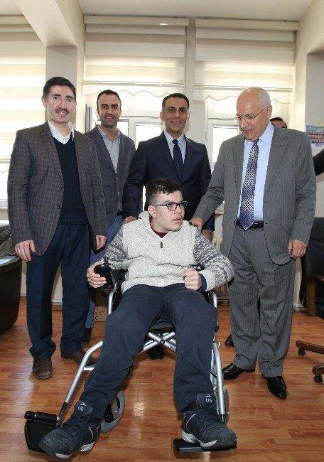 Otizmli Veysi'ye Başkan Yaşar'dan Akülü Sandalye