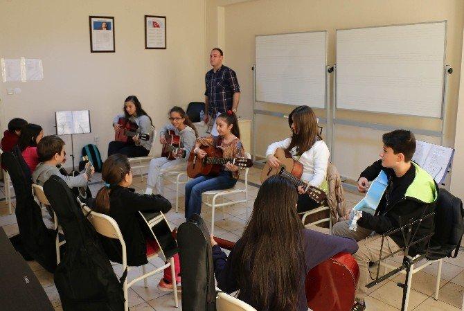 Akbem'de Öğrenciler Eğlenerek Öğreniyor