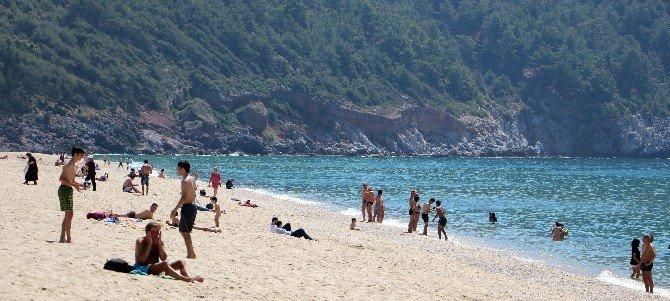 Alanya'da Yerli Ve Yabancı Turistler Denize Akın Etti