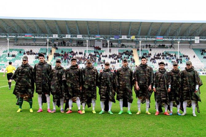 Azerbaycan Premier Lig takımından askeri elbiseli saygı duruşu