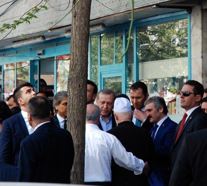 Cumhurbaşkanı Erdoğan, Fatih'te Bir Aile Dostunu Ziyaret Etti