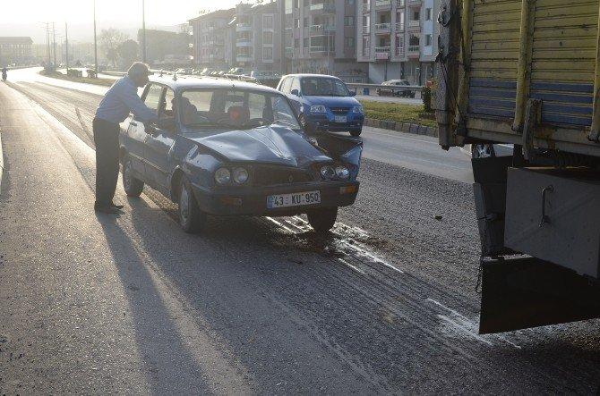 Otomobil Kırmızı Işıkta Duran Kamyona Çarptı