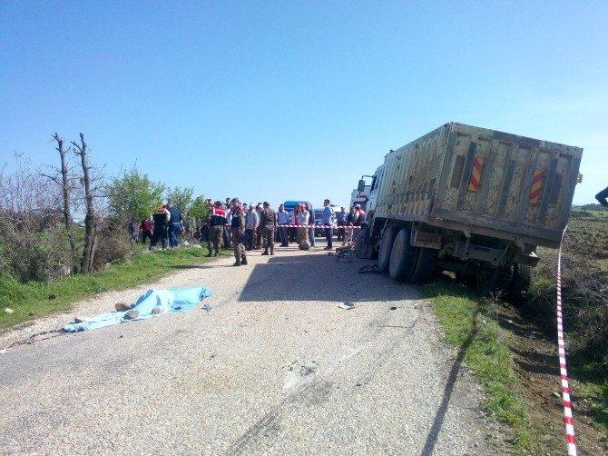 İki Motosiklet Kamyonla Çarpıştı: 2 Ölü, 1 Yaralı