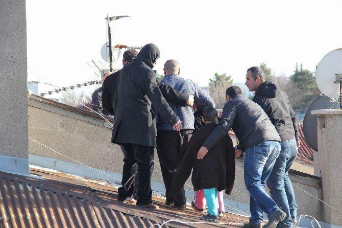Eşi Evi Terk Eden İşsiz Şahıs İki Çocuğuyla Birlikte Çatıya Çıktı
