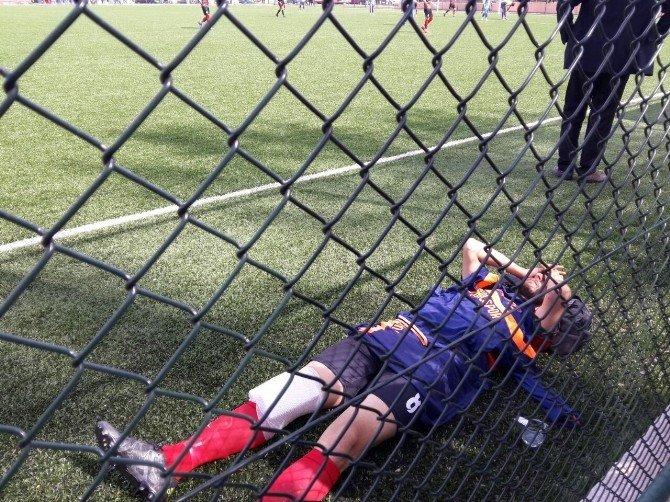 Maçta Sakatlanan Sporcu Saha Kenarında Yerde Yatarak Ambulans Bekledi