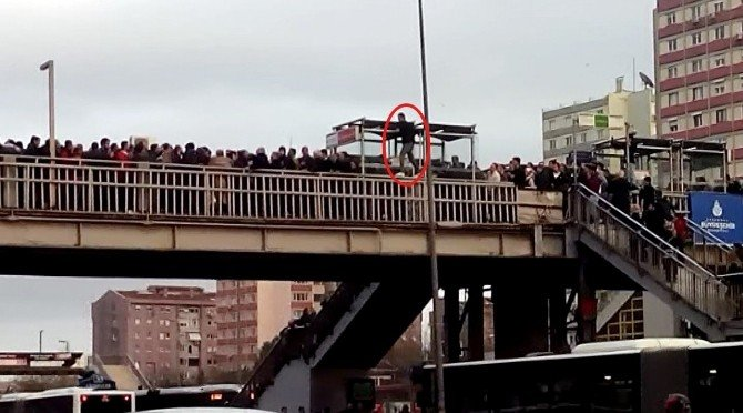 Metrobüs Kalabalığını Geçmek İçin Hayatını Hiçe Saydı