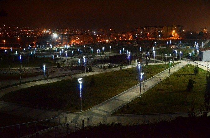 Bozüyük'te Parklar Ve Yeşil Alanlardaki Aydınlatmalar Maviye Büründü