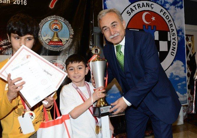 Satranç Şampiyonları Kupalarını Aldı