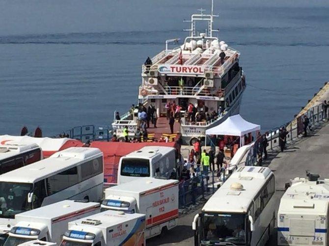 Sığınmacıları getiren gemiler art arda Dikili'ye geliyor