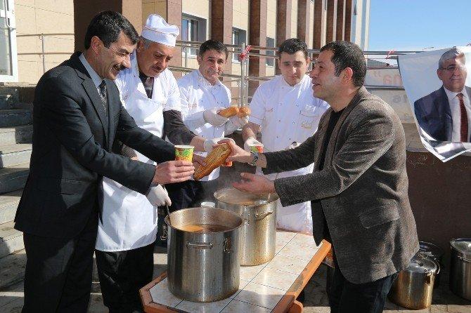 Başkan Murtaza Karaçanta, Üniversite Öğrencilerine Çorba İkram Etti
