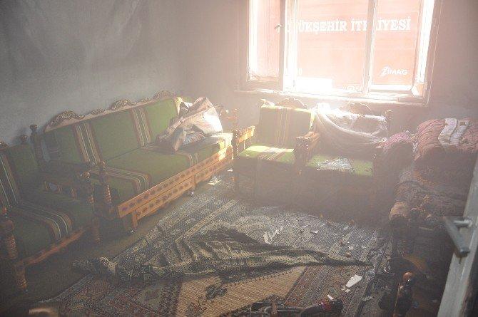 İtfaiye Balyozla Çelik Kapıyı Kırarak Yangına Müdahale Etti