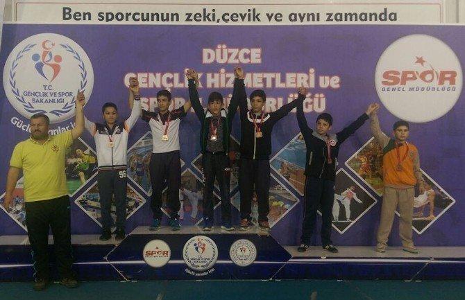 İBB'nin Minik Güreşçileri Grupları Geçti