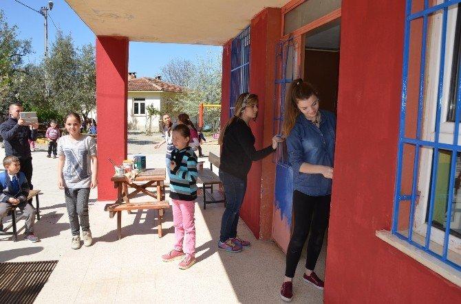 Üniversiteli Gençler Köy Okullarını Boyuyor