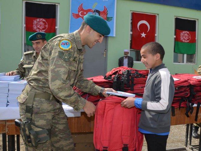 Mehmetçik, Afgan öğrencileri kırtasiye yardımında bulundu
