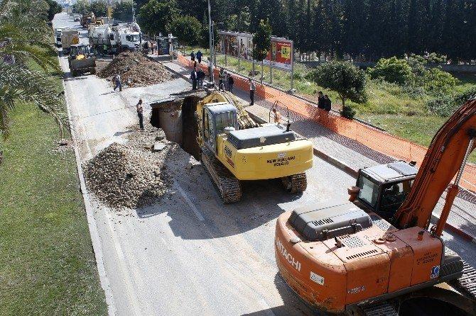 Patlayan Kanalizasyon Şebekesi Yol Kapattırdı