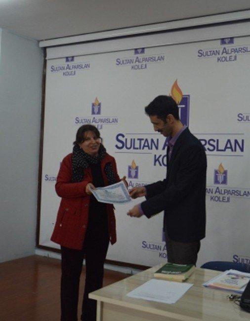 """Sultan Alparslan """"Anne Baba Okulu""""na Katılan Velilere Sertifikaları Verildi"""