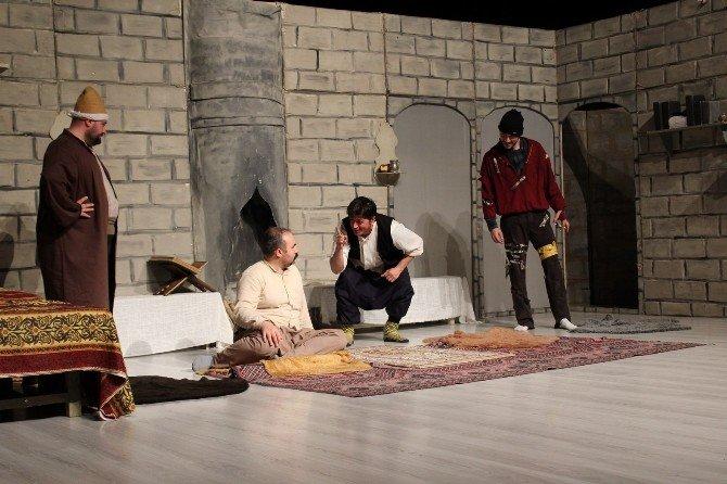 'Ziyafet Sofrası' Tiyatro Severler İle Buluştu