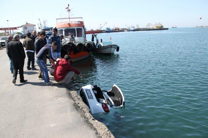 Sürücüsünün el frenini çekmeyi unuttuğu otomobil denize düştü