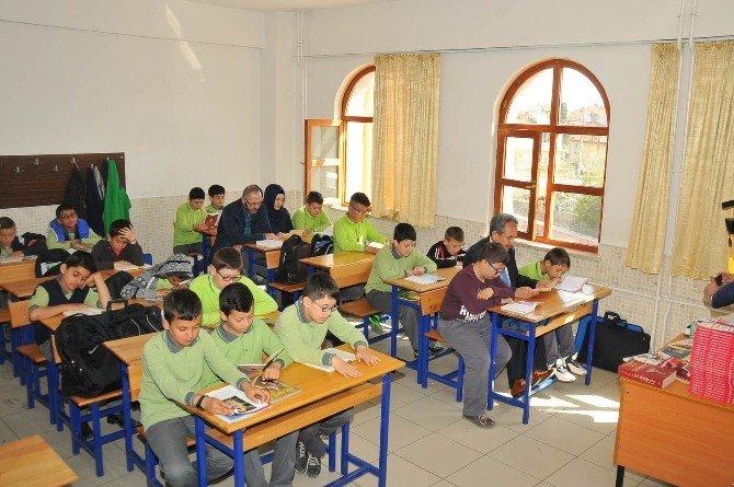 Akşehir'de 20 Bin Öğrenci Aileleriyle Birlikte Kitap Okudu