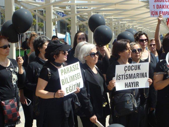 Çocuk istismarını siyah balonla protesto ettiler