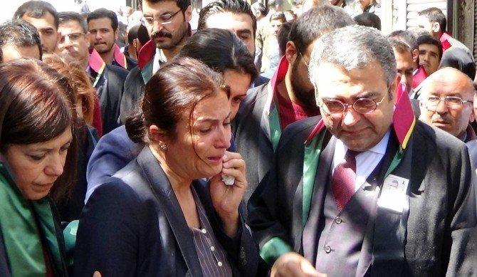 Etkinlikte Gözyaşlarına Boğulan Türkan Elçi, Ağlamaktan Karanfil Bırakamadı