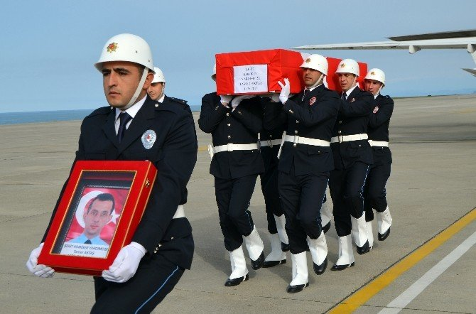 Gümüşhaneli Şehit Komiser Yardımcısının Cenazesi Askeri Uçakla Trabzon'a Getirildi