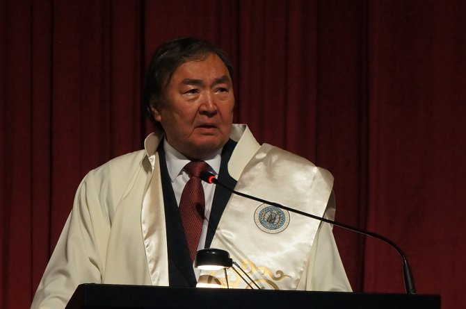 AÜ'den Kazak şair ve diplomata fahri doktora diploması