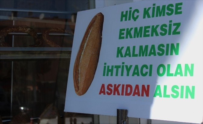 Kimse Ekmeksiz Kalmasın Diye 'Ekmek Askılığı' Oluşturdu