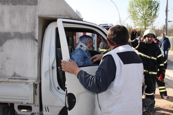 Yayaya Çarpmamak İçin Manevra Yapan Otomobile Kamyonet Çarptı