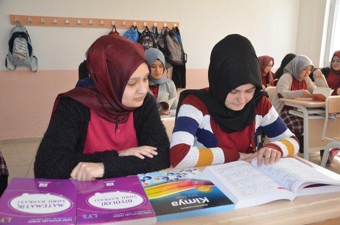 150 Kız Öğrenciye Okuma Kitapları Ve YGS-lys Hazırlık Seti Dağıtıldı