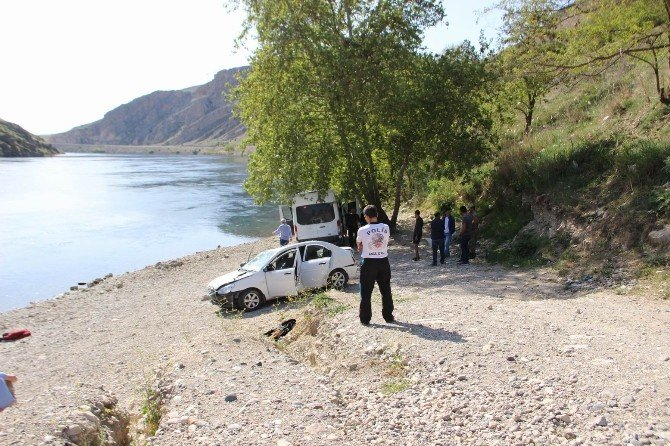 Pikniğe Giden Gençlerin Otomobili Nehre Uçtu