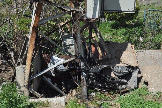 Trafoya Çarpan Özel Otomobilde 3 Kişi Yaralandı