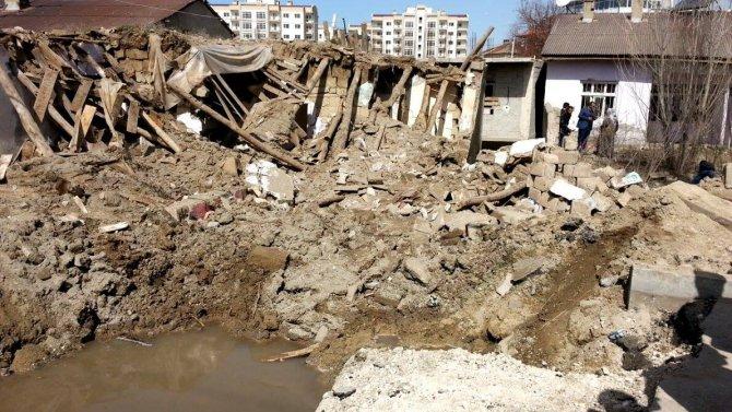 Van'da zırhlı polis aracına bombalı saldırı çevrede hasara yolaçtı